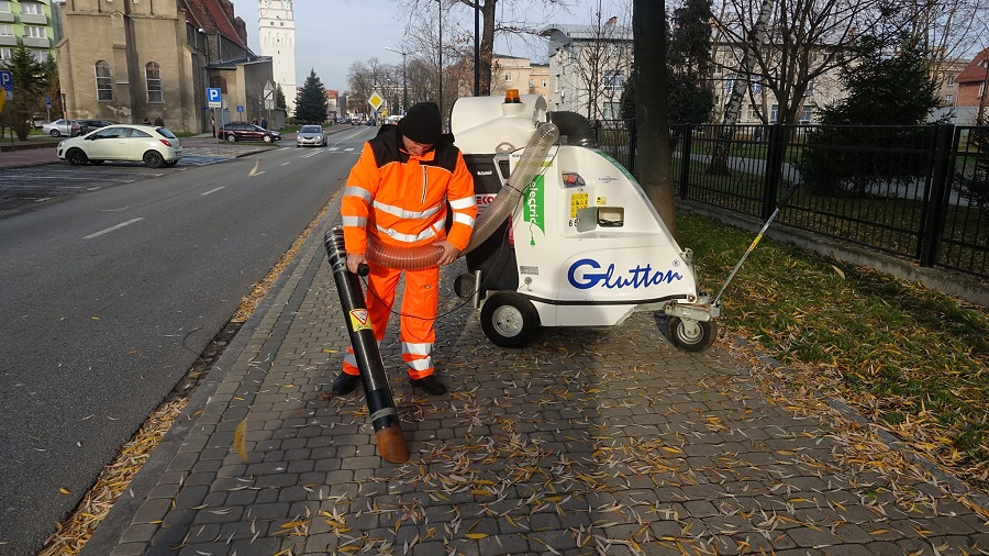 Elektryczny odkurzacz sprząta ulice
