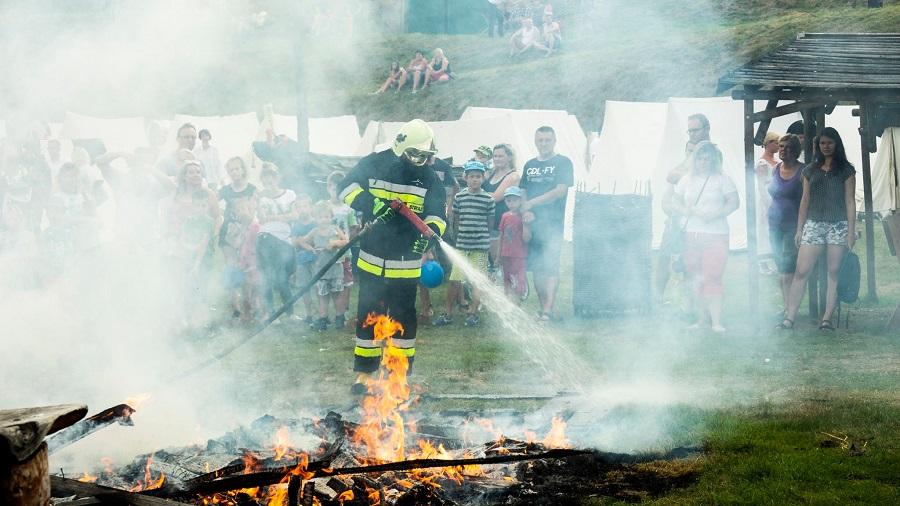 Straż pożarna ze specjalistycznym środkiem gaśniczym