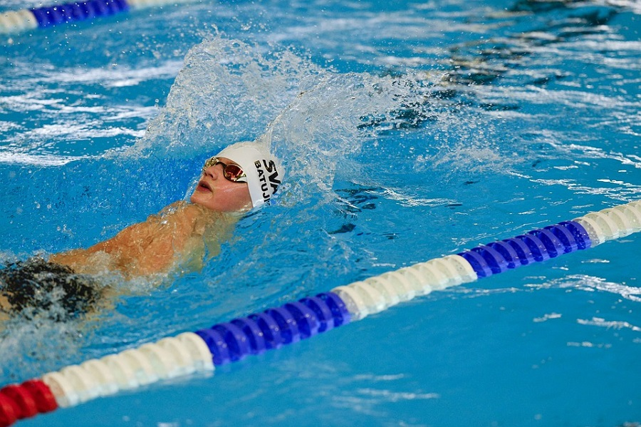 Kolejny nocny maraton pływacki