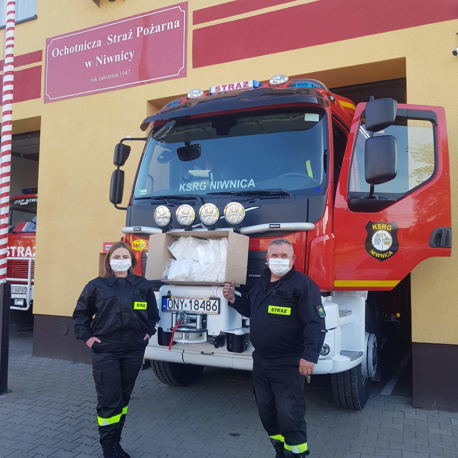 Maseczki dla nyskich strażaków