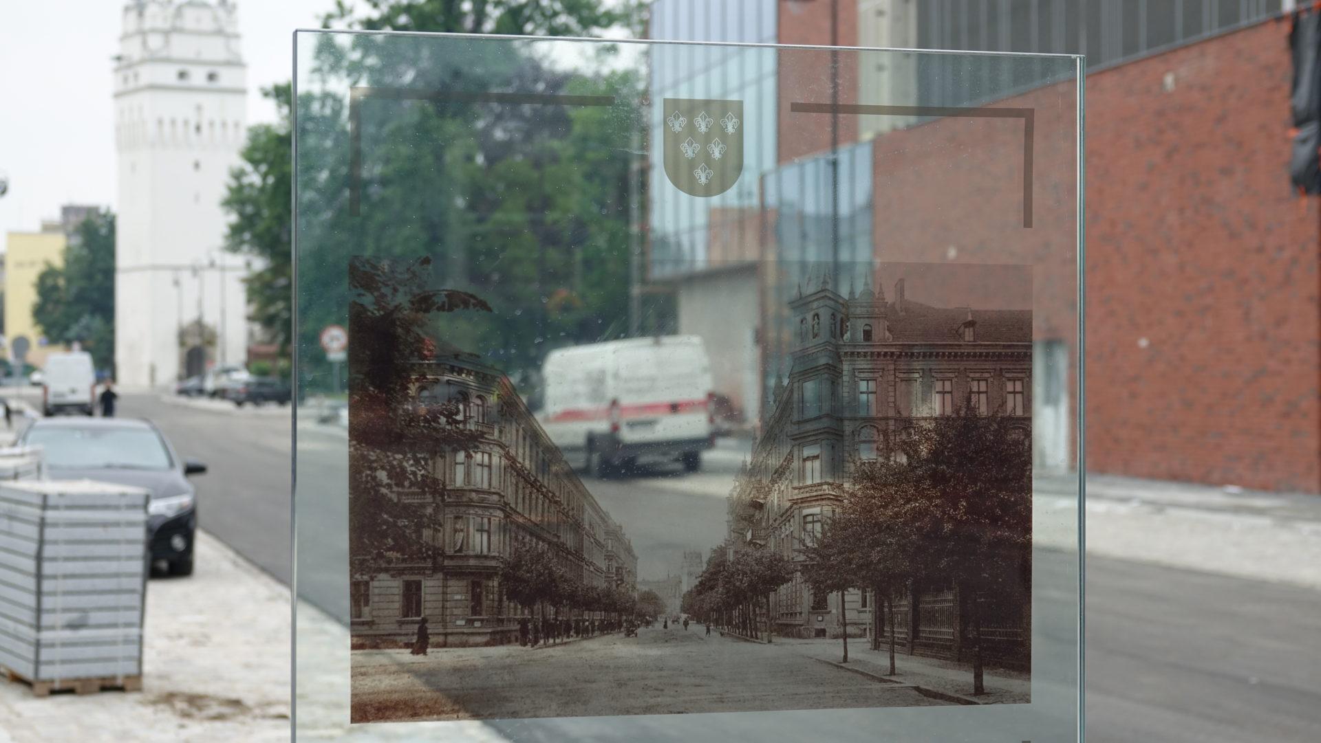 Pylony z historycznymi zdjęciami Nysy