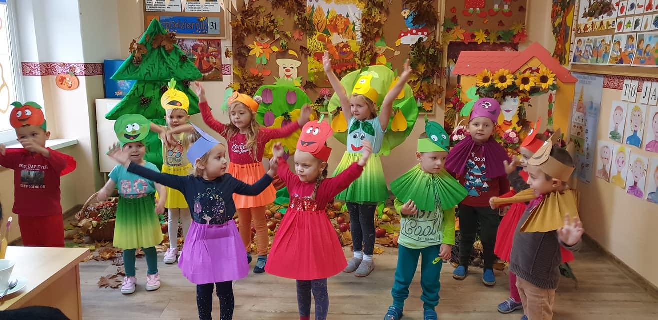 Przedszkolaki zachęcają do jedzenia owoców i warzyw