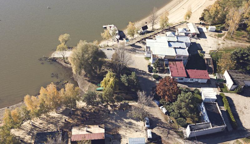 Ośrodek nad jeziorem wystawiony na sprzedaż