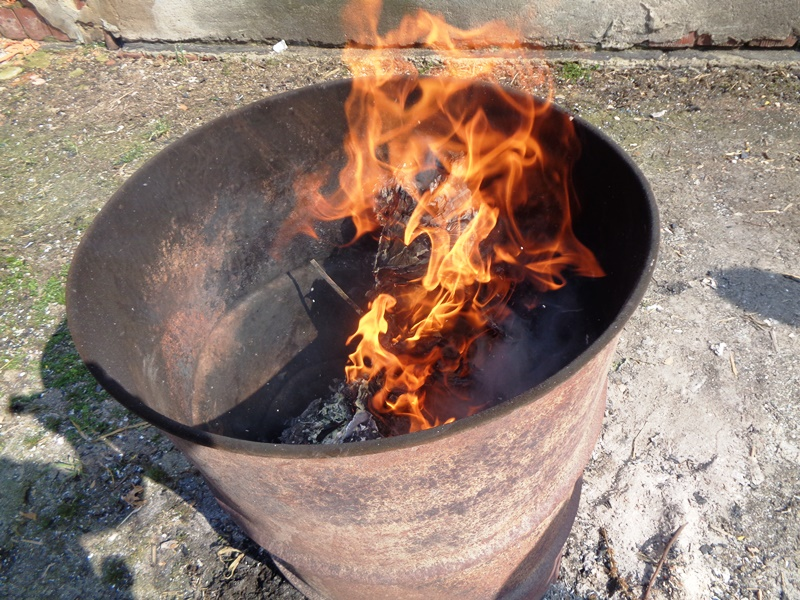 Spalali odpady w beczce