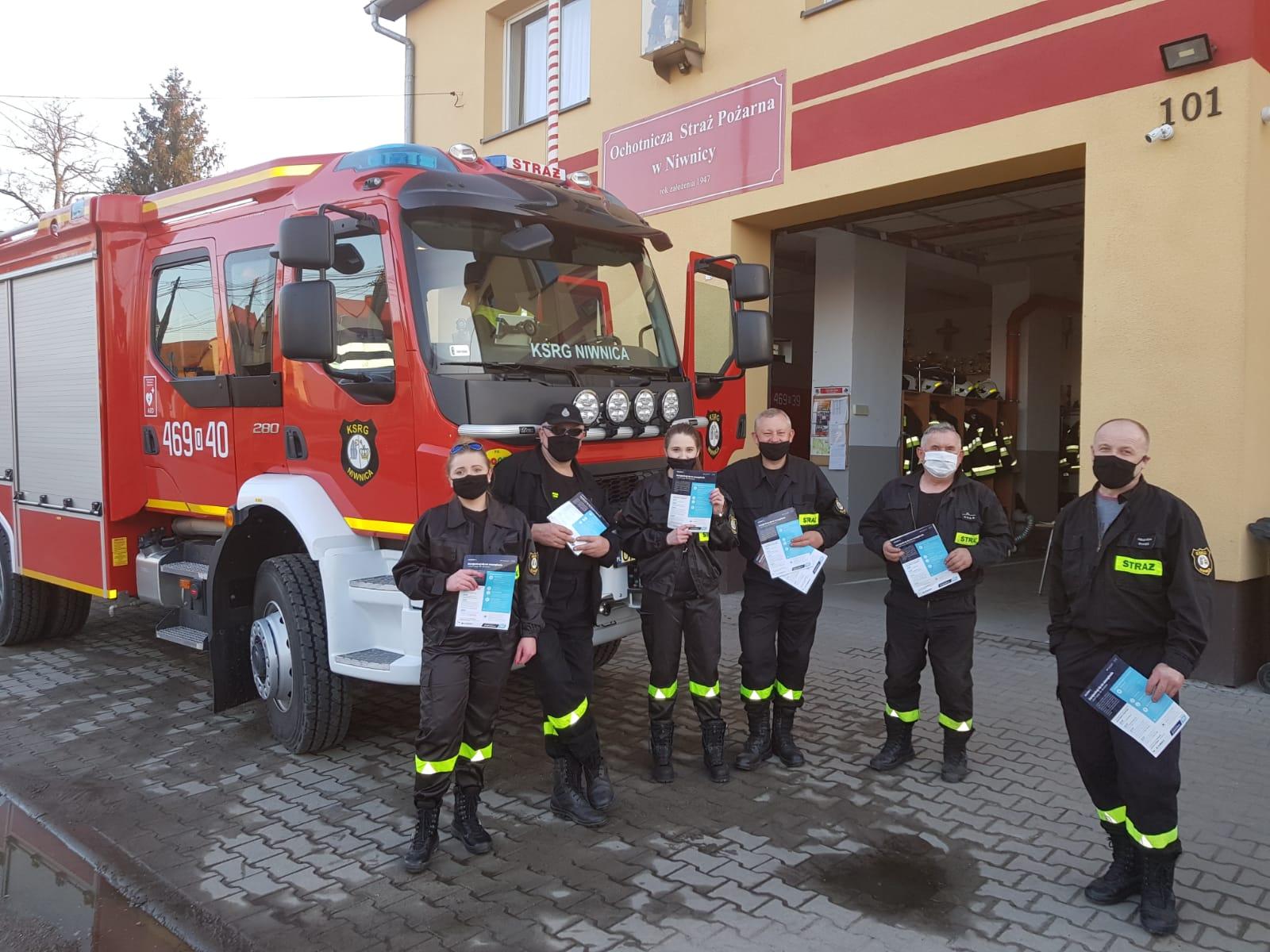 Strażacy ochotnicy roznosili ulotki dla mieszkańców gminy