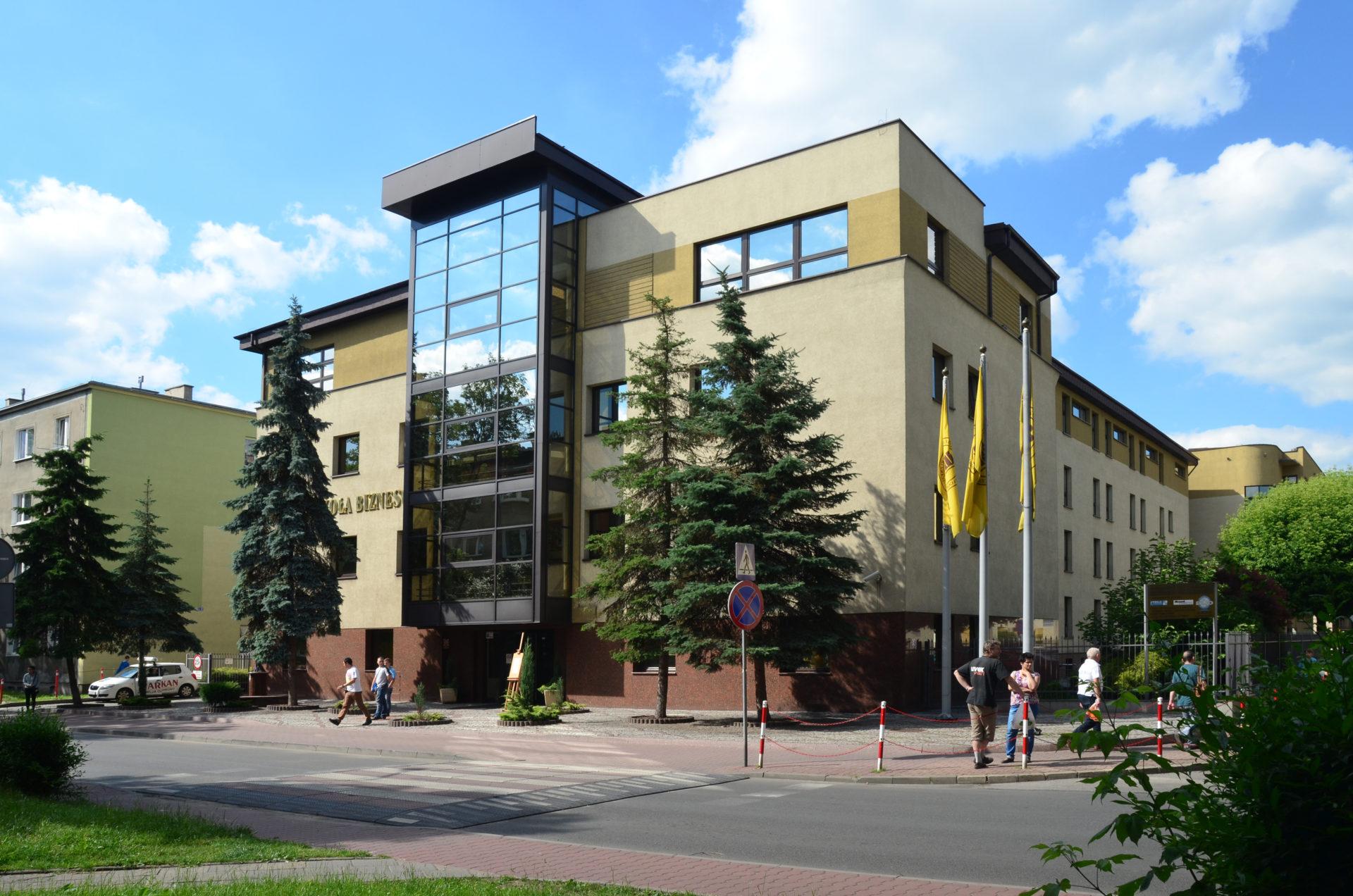 Jedna z najlepszych uczelni w Polsce ju| w Nysie. TydzieD bezpBatnych szkoleD
