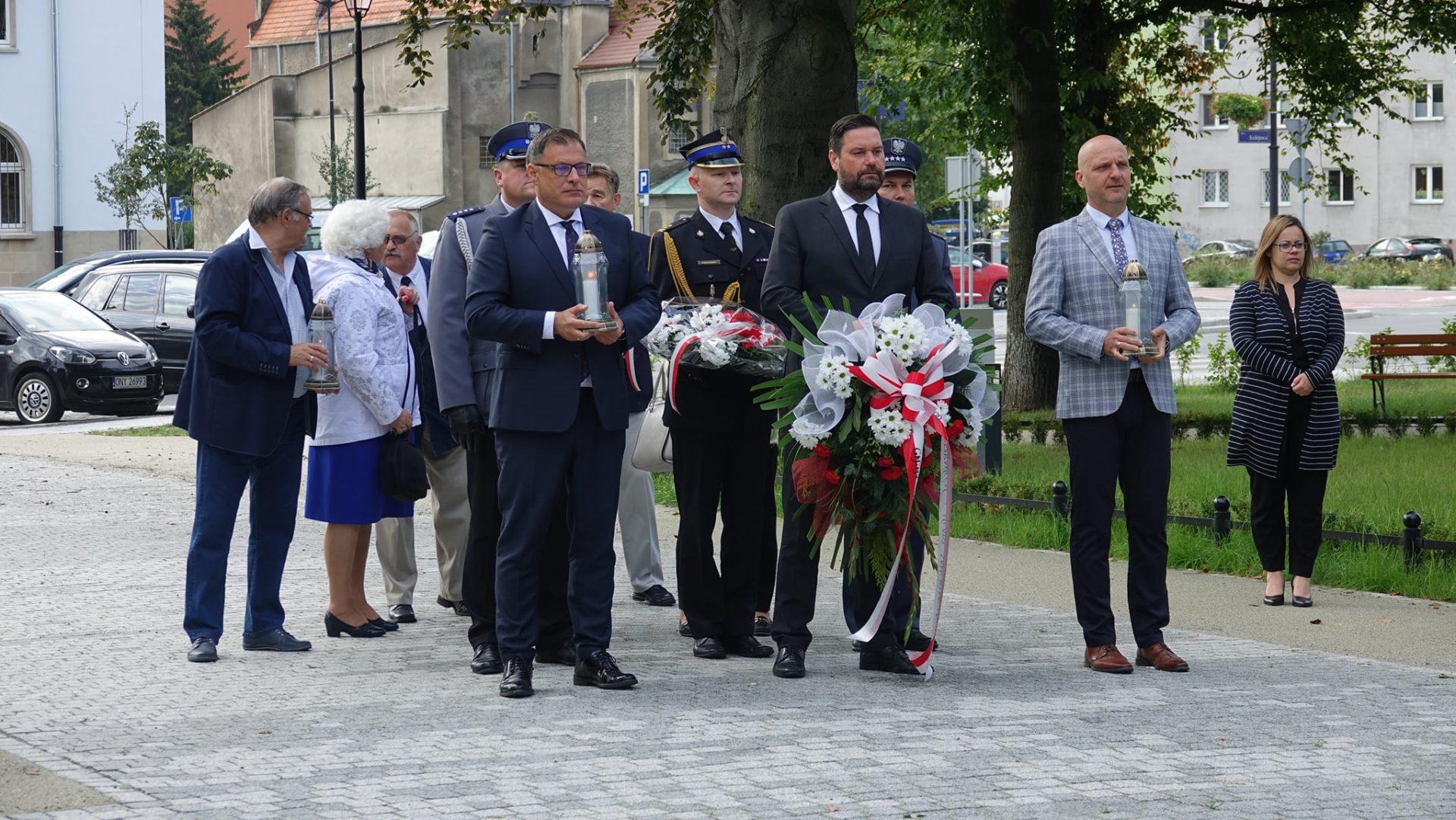 Samorządowcy oddali hołd ofiarom i bohaterem II Wojny Światowej