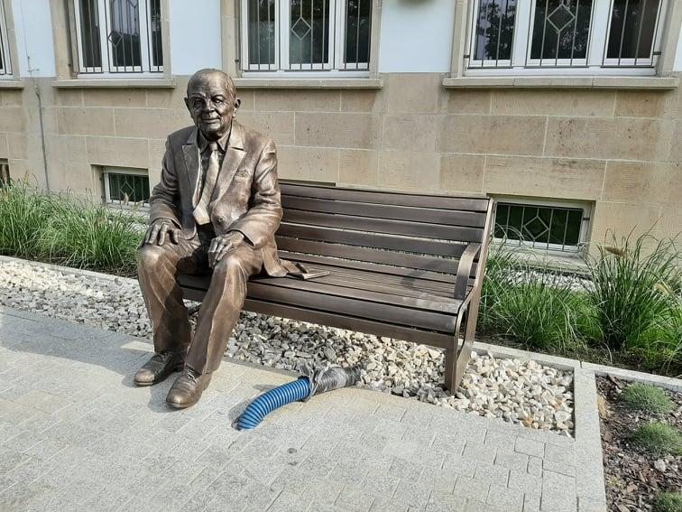 Pomnik-ławeczka Jerzego Kozarzewskiego przed nyskim magistratem