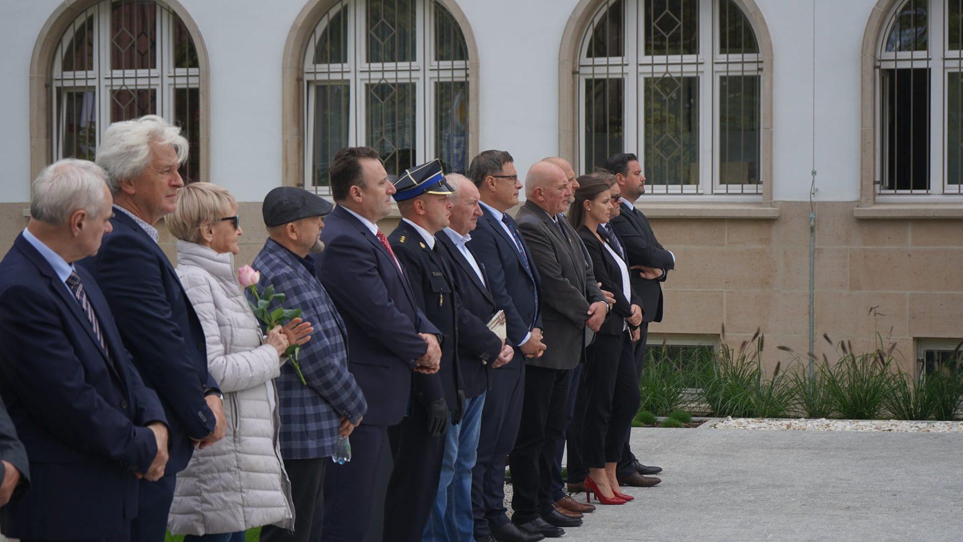 Oficjalne odsBonicie pomnika-Baweczki Jerzego Kozarzewskiego